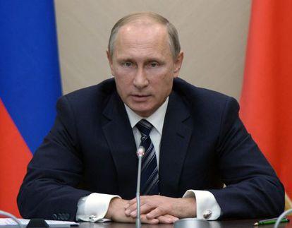 Vladimir Putin durante una reunión, ayer en Moscú, con miembros de su Gobierno.