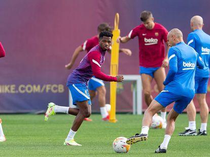 Ansu Fati, en el centro de la imagen, en un entrenamiento del Barcelona.