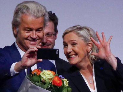 El ultraderechista holandés  Geert Wilders y la francesa Marine Le Pen se toman un selfie en 2017.