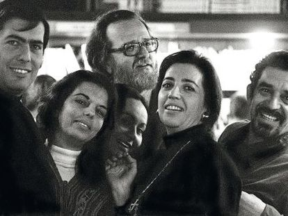 Vargas Llosa y su mujer, Patricia Llosa; José Donoso y Pilar Serrano, y el matrimonio García Márquez, en una foto sin fechar de los setenta, en Barcelona.