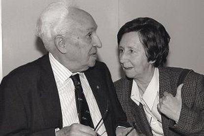 La investigadora Margarita Salas charla con el premio Nobel de Medicina Severo Ochoa en Madrid en 1993.