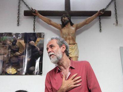 Willy Toledo, en la parroquia San Carlos Borromeo en mayo.