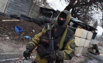 Un separatistas prorruso en un control en Donetsk.