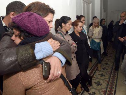 Periodistas tunecinos lloran la muerte de sus colegas.