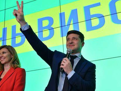 El cómico Volodímir Zelenski da un discurso junto a su esposa, Yelena Zelenskáya, la noche del domingo en Kiev.