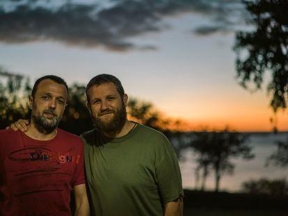 David Beriain (derecha) y Roberto Fraile, asesinados el 27 de abril en Burkina Faso mientras grababan un documental sobre la lucha contra la caza furtiva. Imagen de 2016 cedida por la familia de Beriain.