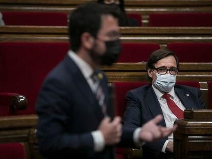 Salvador Illa, jefe de la oposición en el parlamento de Cataluña, observaba al presidente de la Generalitat, Pere Aragonès, durante el pleno del pasado jueves.