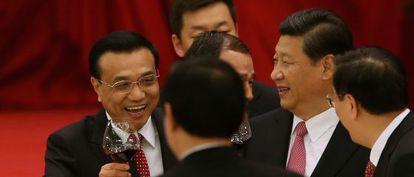 El presidente chino, Xi Jinping, segundo por la derecha, brinda con el primer ministro, Li Keqiang, a la izquierda.