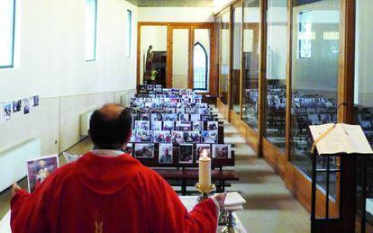Misa en solitario del párroco de San Cristóbal, este domingo.