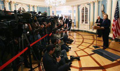 La secretaria de Estado responde a las preguntas de la prensa sobre la filtración de 250.000 cables de su departamento