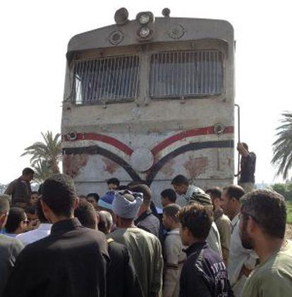 Egipcios junto al tren que arrolló el autobús, en Asiut.