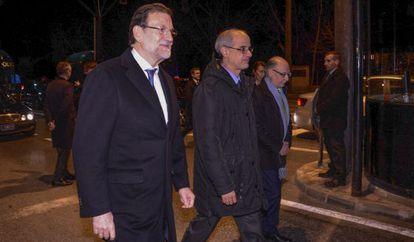 Mariano Rajoy junto a Antoni Marti, jefe de gobierno de Andorra cruzando a pie la frontera