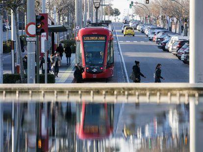 Un convoy de Metro Ligero Oeste a su paso por Boadilla del Monte.