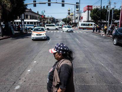Una mujer cruza una calle en Tijuana