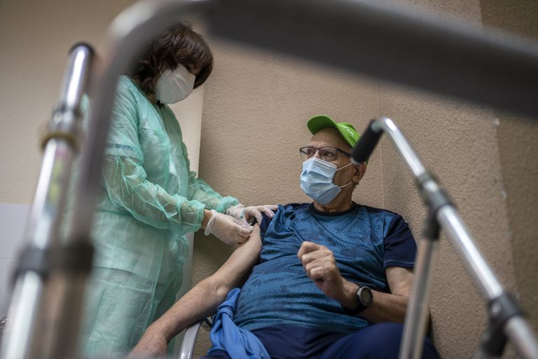 A nurse administers a dose of the Pfizer vaccine at a residence in Leganés, this Tuesday.
