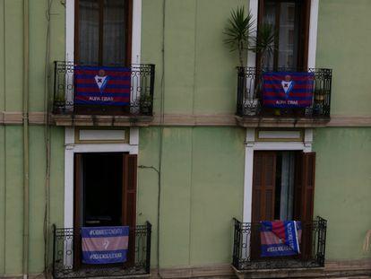 Flags of SD Eibar on the balconies of the city center last Sunday.