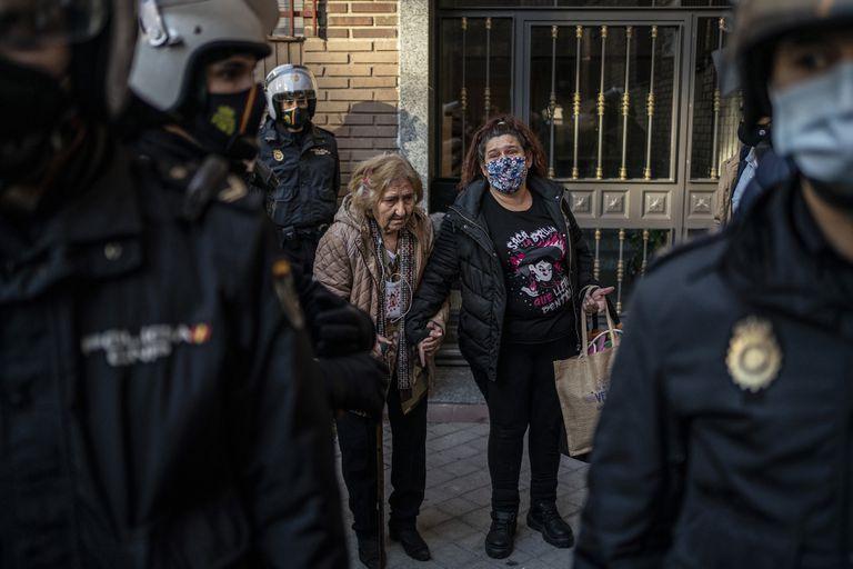 Desahucio de María Teresa, de 82 años, que vivía con su hija Maite y las dos hijas menores de ésta, en Fuenlabrada este miércoles por la mañana.