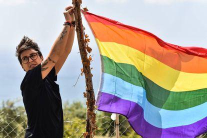 Una joven anuda una bandera multicolor en un evento de la semana del orgullo gay a las afueras de Beirut