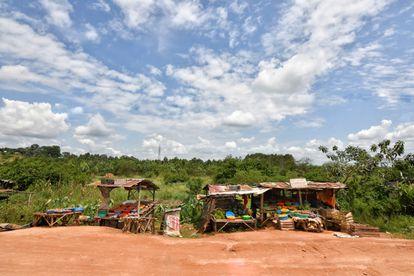 Mercado vacío en la carretera a Mbarara. Un reciente estudio publicado por Cambridge University Press afirma que, de aquí a la década de 2030, la productividad de Uganda podría descender un 20% si no se hace nada para combatir el cambio climático. Pincha en la imagen para ver la fotogalería completa.
