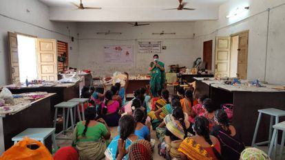 Gayathri Usman, jefa de estación de Kadal Osai, durante una charla sobre concienciación del matrimonio infantil en la sede de la radio, en Pamban