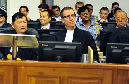 El número dos de los Jemeres Rojos, Nuon Chea (izquierda), y el ex ministro de Exteriores del régimen, Ieng Sary (derecha, en la segunda fila), en el tribunal de la ONU que les juzga.