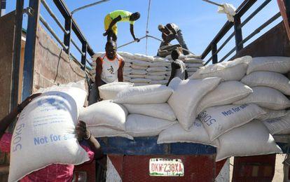 Descarga con camiones de ayuda alimentaria del PMA en Nigeria.
