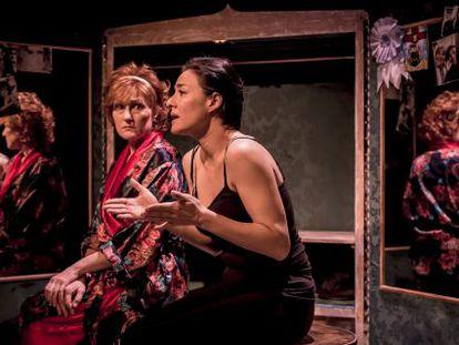 De izquierda a derecha, Noelia Noto y Carolina Román en la obra de teatro 'Adentro'.