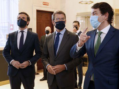 El presidente de la Xunta, Alberto Núñez Feijóo (centro), acompañado por el presidente de la Junta de Castilla y León, Alfonso Fernández Mañueco (derecha), y el presidente del PP, Pablo Casado, este martes.