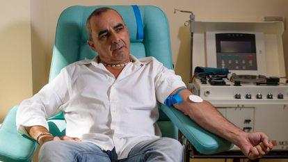 Enrique Francisco Ojea, el mayor donante de sangre de España, antes de una donación en el Centro de Transfusión Sanguínea de Granada este agosto. En vídeo, reportaje sobre su historia.