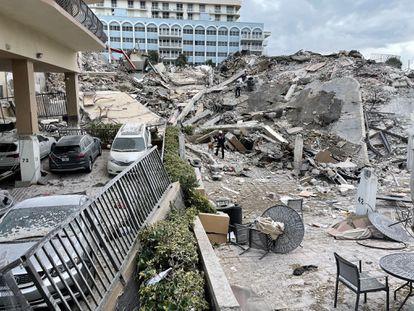 Imagen tomada desde lo que era la entrada del edificio de 12 pisos derrumbado en Surfside (Florida).