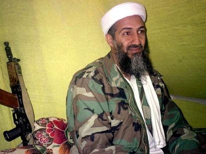 Osama Bin Laden hablaba con un grupo de reporteros en las montañas de Helmand, al sur de Afganistán, en diciembre de 1998.