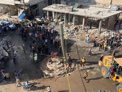 Fotografía realizada desde un dron de la zona con los restos del ataque con un camión bomba, este martes en Al Bab, al noroeste de Siria.
