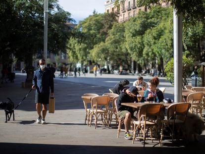 Aspecto de una terraza del centro de Barcelona, este jueves, a la espera de que entre en vigor el cierre de bares y restaurantes durante 15 días.