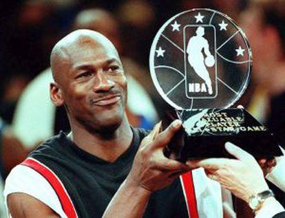 Michael Jordan con el premio al jugador más valioso en el All Star de 1998.