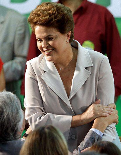 """En su primera aparición proclamarse vencedora en las elecciones presidenciales brasileñas, Dilma Rousseff ha asegurado sentirse """"muy honrada"""" por la confianza de los brasileños. Unas palabras en las que ha aprovechado para asegurar que no se van a recortar los gastos sociales y en infraestructuras y que se van a mantener las políticas económicas del Gobierno saliente."""