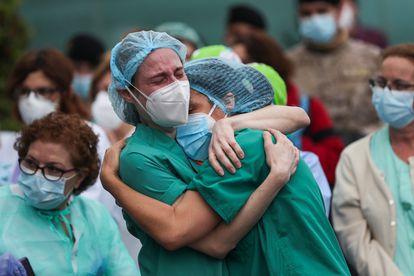 Trabajadoras del hospital Severo Ochoa de Leganés, el pasado 14 de abril, durante el homenaje a un compañero fallecido.