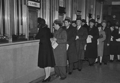Colas para abonar el Impuesto sobre la Renta en Nueva York en 1942.