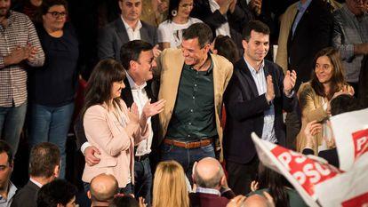 Sánchez, en un mitin en A Coruña en las elecciones de 2019, custodiado por Valentín González Formoso y Gonzalo Caballero, a la derecha de la imagen