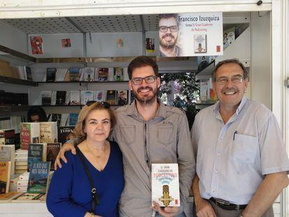 Francisco Izuzquiza, con sus padres Javier y Luz, durante la firma de su obra 'El Gran Cuaderno de Podcasting' en la Feria del Libro de Madrid.