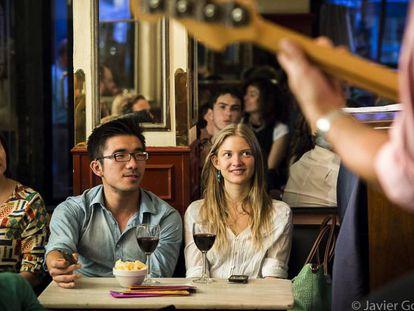 Dos clientes disfrutan de un concierto en el Café Central, que cumple 36 años.