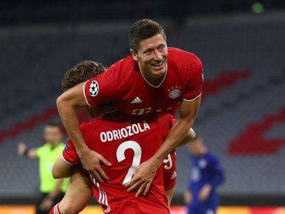 Odriozola felicita a Lewandowski tras darle la asistencia del 3-1