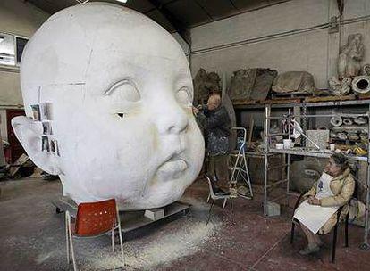 Antonio López trabaja en una de las esculturas creadas para la estación de Atocha. Junto a él, su esposa, la también pintora María Moreno.