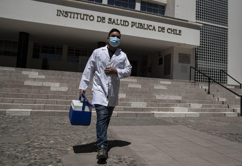 Un trabajador de salud en el Instituto Público de Salud en Santiago, Chile.