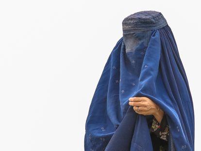 Una mujer con burka es vista en un campo de refugiados en Kabul, Afganistán.