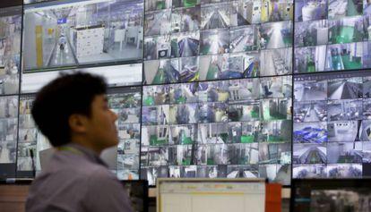 Un trabajador monitoriza la actividad en dos plantas tecnológicas de Samsung Electronics.