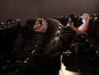 Espectadores en una sala del cine Renoir Floridablanca, este verano en Barcelona.