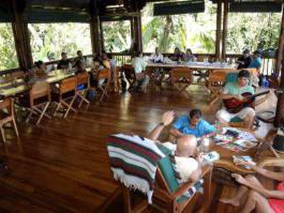 Fotografía que muestra a varias personas en un hotel de Golfito, en Puntarenas, Costa Rica. Las playas de aguas transparentes o las selvas de verdes infinitos ya no son atractivo suficiente para los hoteleros costarricenses, que apuestan cada día más por la sostenibilidad ambiental para mantener su condición de verdaderos paraísos terrenales.