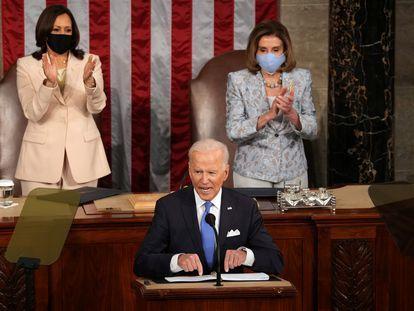 Kamala Harris, izquierda, y Nancy Pelosi aplauden a Joe Biden durante su discurso en el Congreso.
