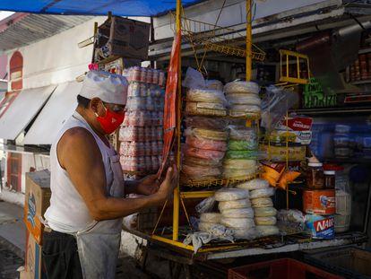 Un comerciante, en el mercado Porvenir en la Colonia Aldana.