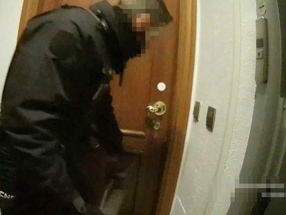 Imagen de la actuación policial en una vivienda de la calle Lagasca de Madrid por una fiesta ilegal que también está siendo investigada.